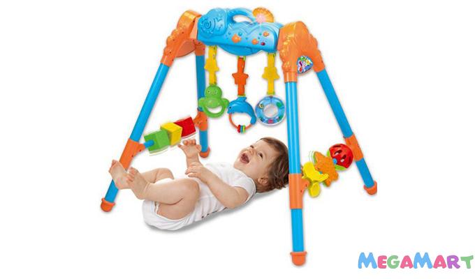 Đồ chơi nên chọn cho bé 1 tháng tuổi là những món đồ chơi treo nôi, đồ chơi xúc xắc