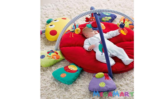 Các bé 2 tháng tuổi thích với những món đồ chơi được treo phía trên