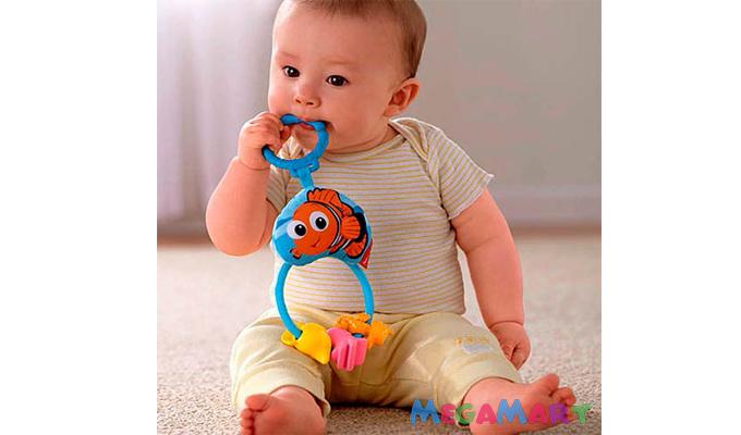 Bé 4-6 tháng tuổi thích chơi những món đồ chơi gặm nước, đồ chơi thả khối hoặc xếp hình