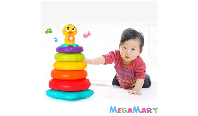 Bé sơ sinh thường được thu hút bởi những món đồ chơi phát nhạc, phát âm thanh