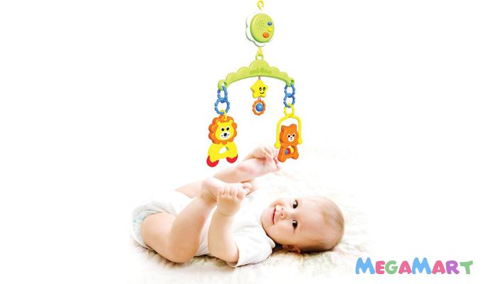 Đồ chơi phổ biến dành cho các bé sơ sinh là những món đồ treo nôi có hình thù hấp dẫn, sặc sỡ