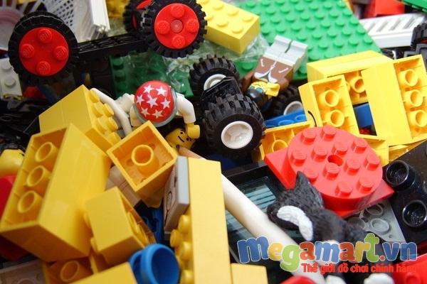 Nên lựa chọn đồ chơi nhựa an toàn cho trẻ chẳng hạn như nhựa ABS của Lego là một loại nhựa an toàn