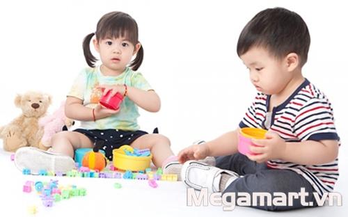 Cho bé chơi những trò chơi thông minh như xếp hình, lắp ghép để tư duy nhiều hơn