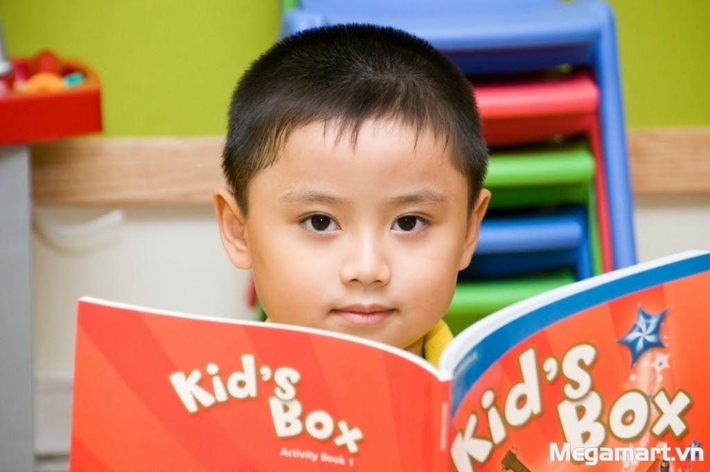 Bên cạnh nói chuyện, bố mẹ nên đọc sách cho con nghe
