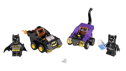 Hai nhân vật người Dơi và người Mèo cũng với xe chiến đấu