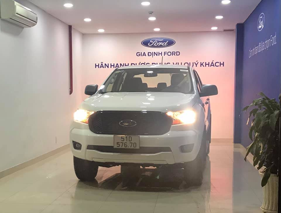 Giao xe Ford Ranger XLS AT Trắng