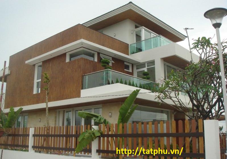 dùng tấm xi măng giả gỗ trang trí tường ngoài trời và hàng rào cho khu biệt thự