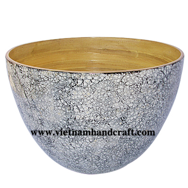 Lacquer bamboo bowl. Inside in natural bamboo, outside with eggshell inlay
