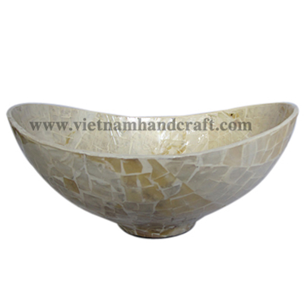Oval lacquered bowl with sea shell inlay all over