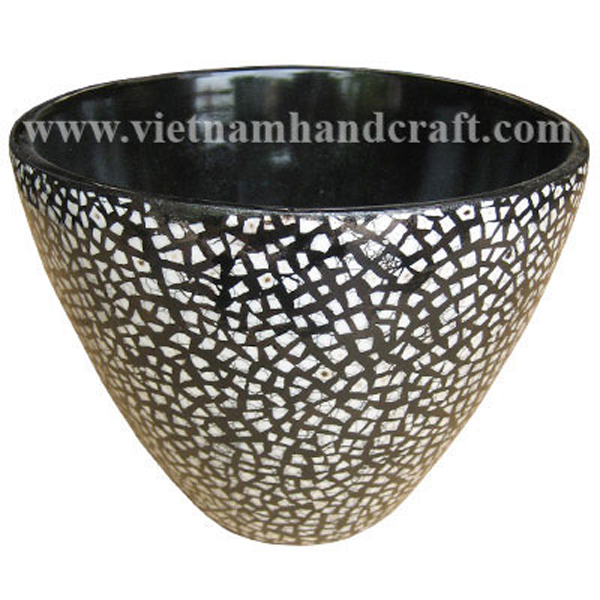 Black lacquer bowl with white eggshell inlay outside