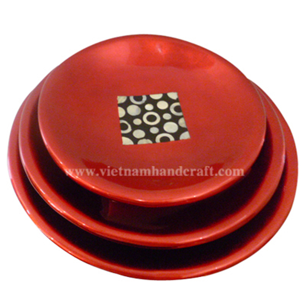 Lacquerware bowl. Inside in silver metallic red with mother of pearl inlay, outside in black