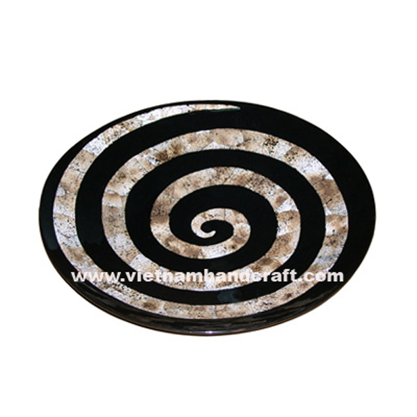 Black wooden lacquerware plate with shell-shaped motif in burnt eggshell