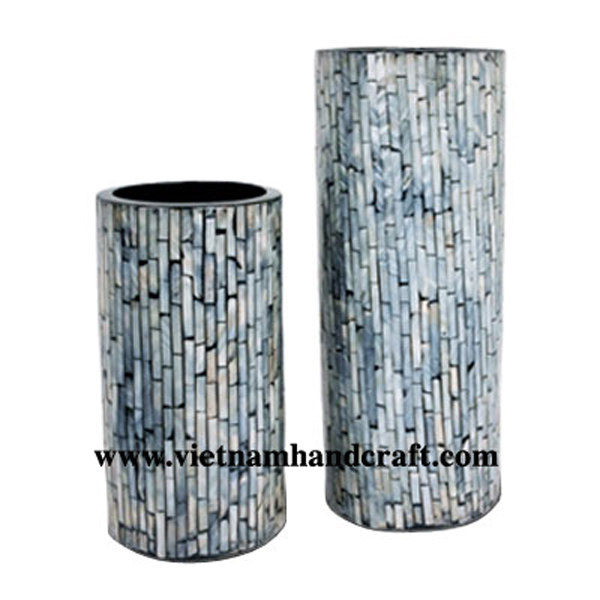 Black lacquered wood vase inlaid with sea shell
