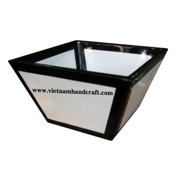 Lacquered wooden food bowl in black & white