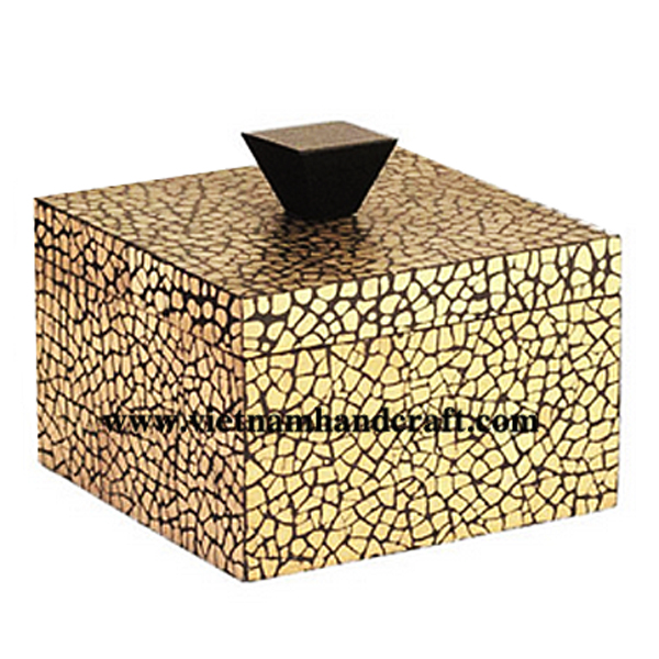 Black lacquered wood cosmetic box inlaid with eggshell