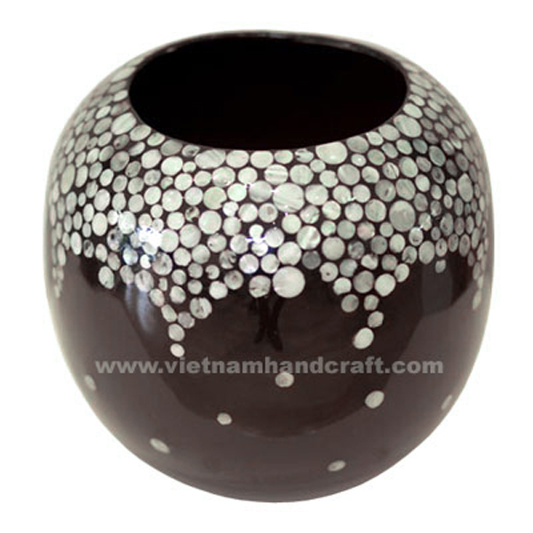 Ball-shaped black lacquered wood vase inlaid with seashell