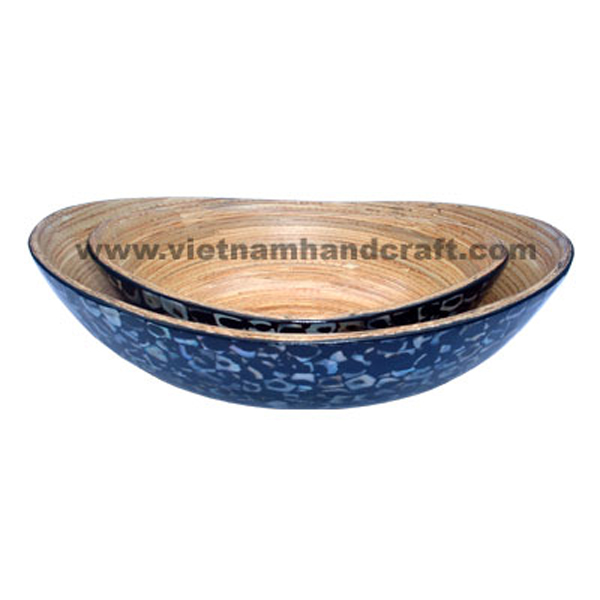 Lacquered bamboo food bowl. Inside in natural bamboo, outside with seashell inlay