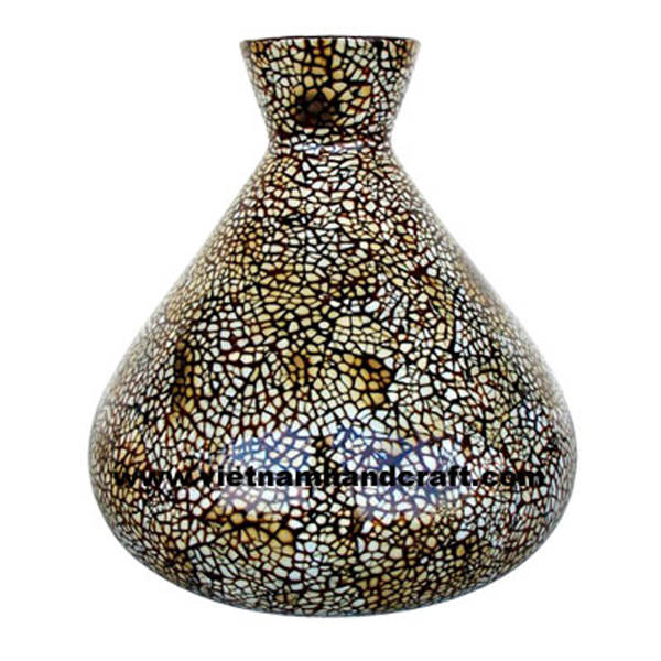 Lacquer vase inlaid with burnt eggshell