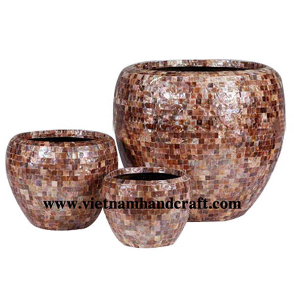 Lacquered flower pot inlaid with brown sea shell
