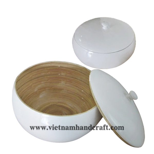 Lacquered bamboo bowl with lid. Inside in natural bamboo, outside in white