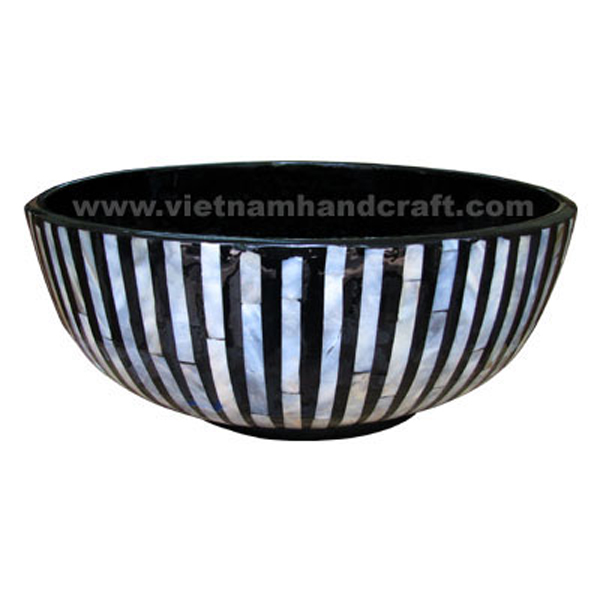 Black lacquer storage bowl with sea shell inlay outside