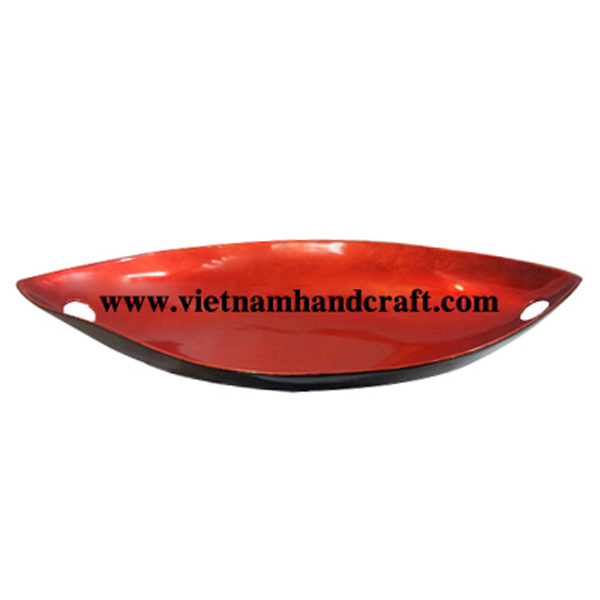 Boat-shaped lacquered dish in silver metallic red and inlaid with 2 pcs of mother of pearl