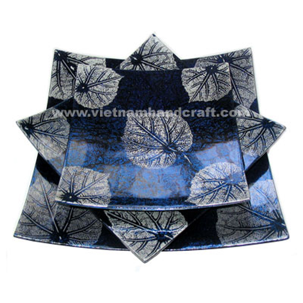 Lacquered plate in silver metallic blue on black background and with hand-painted white leaves