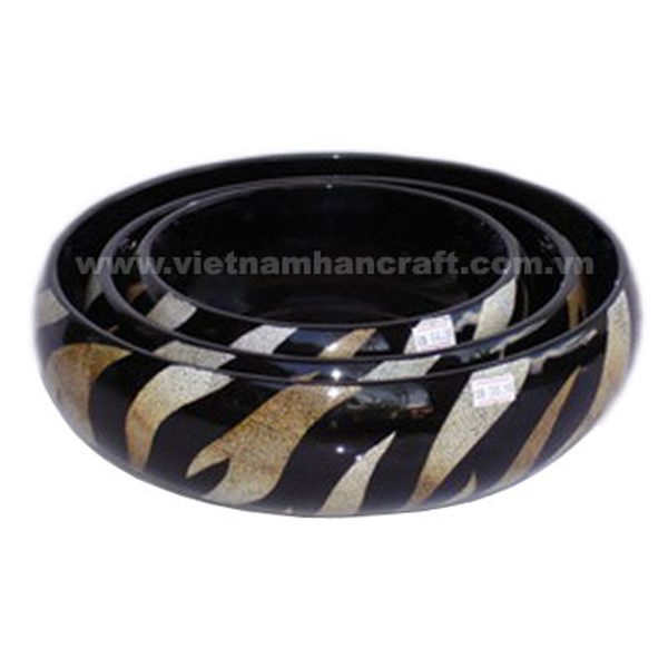 Black lacquered bowl with white eggshell inlay