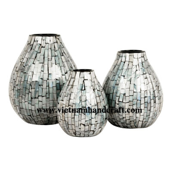 Black lacquer vase with sea shell inlay