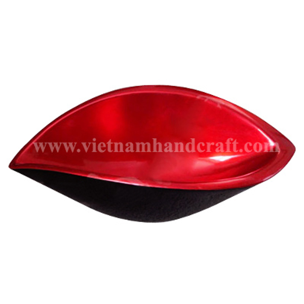 Shell shaped lacquered decor bowl. Inside in silver metallic red, outside in black