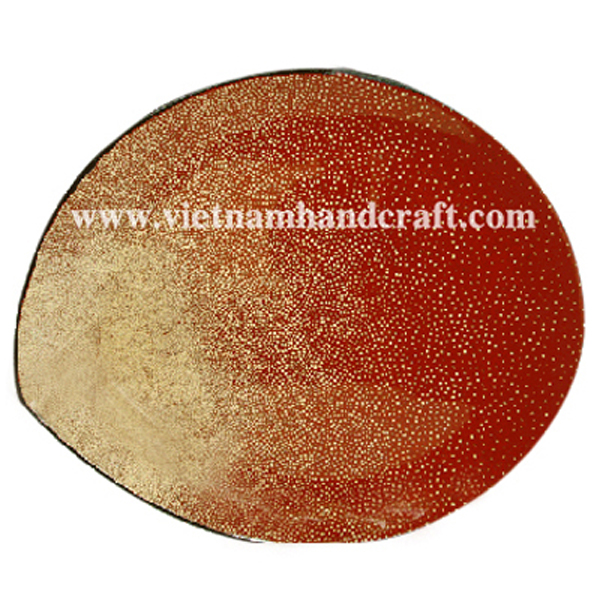 Red lacquered dish inlaid with eggshell inside