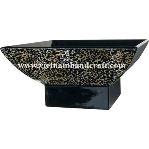 Black lacquered wooden fruit bowl with eggshell inlay outside