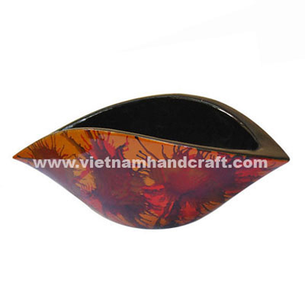 Shell-shaped lacquer decor bowl. Inside in black, outside with hand-painted motifs on gold