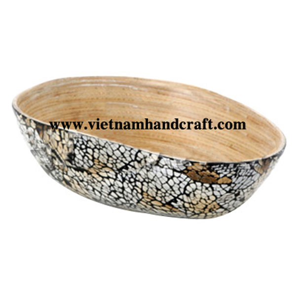 Mango-shaped lacquered bamboo bowl. Inside in natural bamboo, outside with burnt eggshell inlay