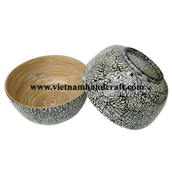 Lacquered bamboo bowl inlaid with white eggshell outside