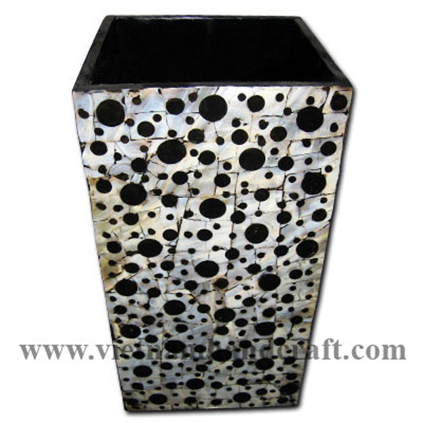 Black lacquered wood vase inlaid with seashell
