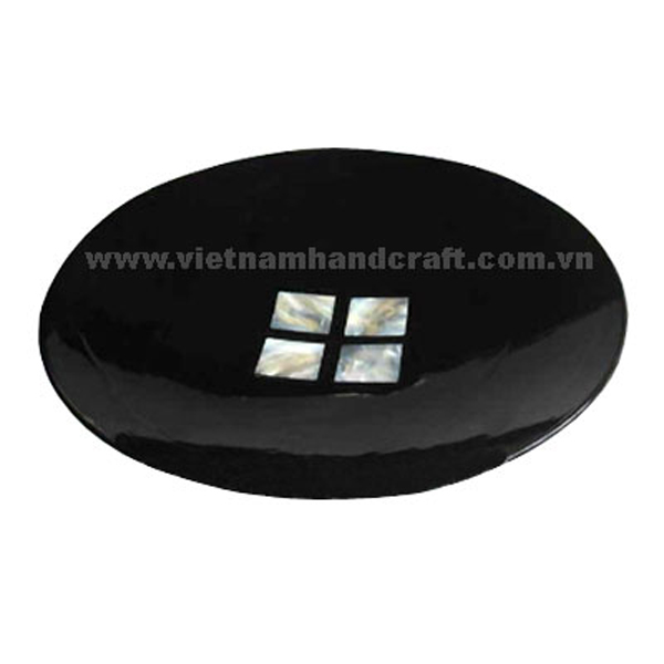 Black lacquered plate inlaid with 4 pieces of mother of pearl