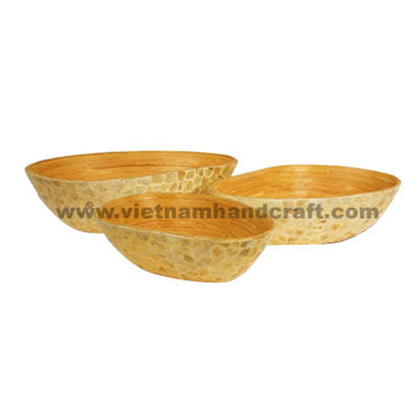 Mango-shaped lacquered bamboo bowl. Inside in natural bamboo, outside with seashell inlay