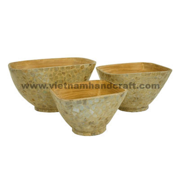 Lacquer bamboo serving bowl. Inside in natural bamboo, outside inlaid with seashell