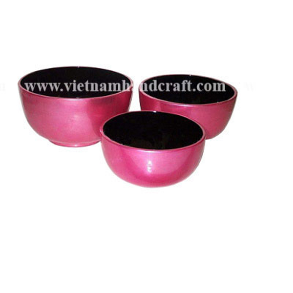 Lacquered bowl. Inside in black, outside in silver metallic pink