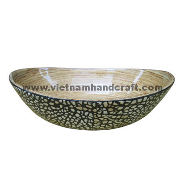 Oval lacquer bamboo candy bowl. Inside in natural bamboo, outside with eggshell inlay