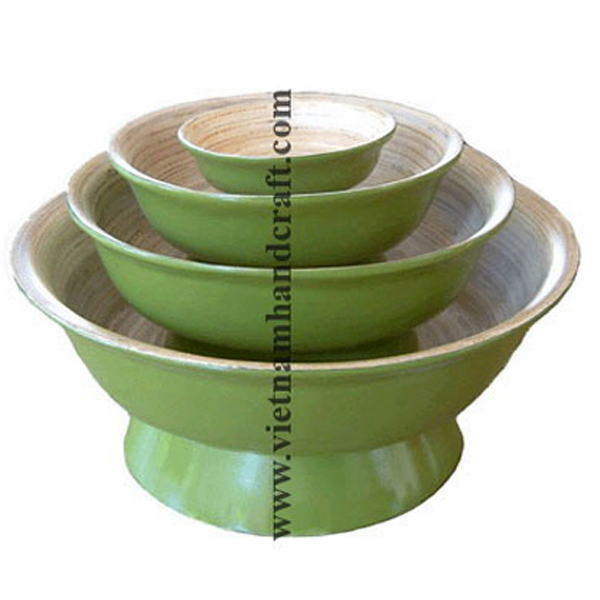 Set of 4 lacquered bamboo bowl. Inside in natural bamboo, outside in green