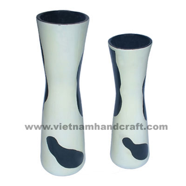 Solid white lacquered vases with black motifs