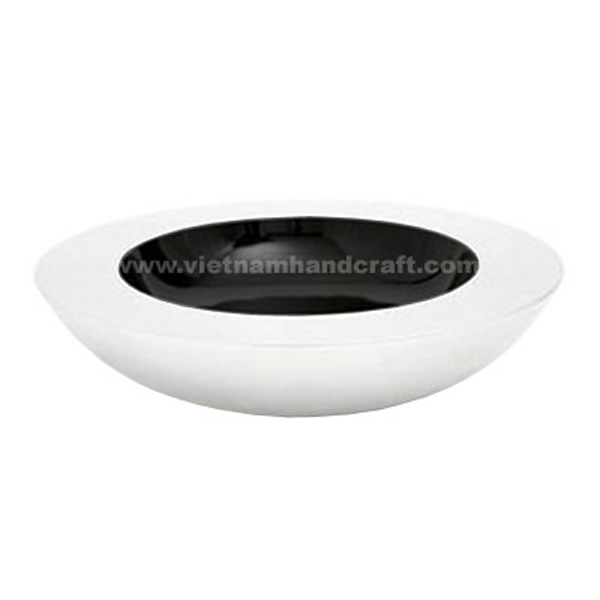 Lacquered decor bowl. Inside in black, outside in solid white