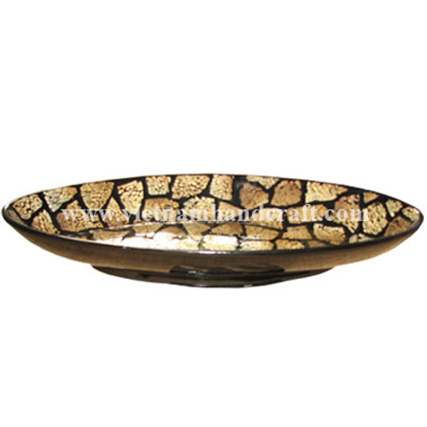 Black lacquered bowl inlaid with burnt eggshell inside