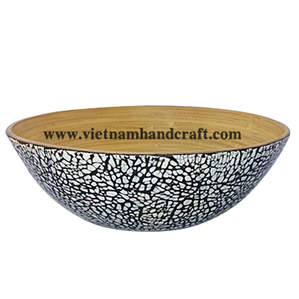 Lacquered bamboo serving bowl. Inside in natural bamboo, outside with white eggshell inlay