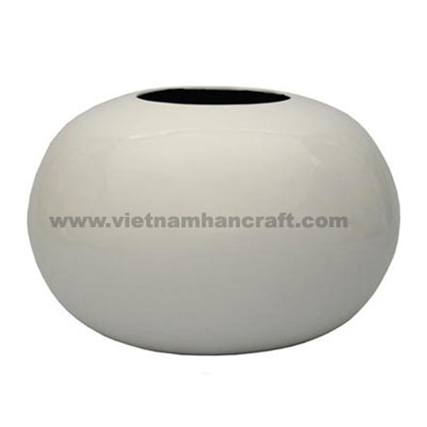 Ball-shaped lacquer vase in solid white