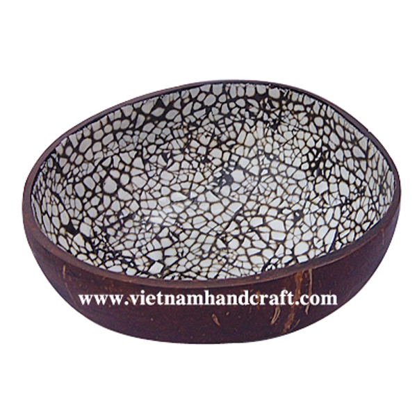 Lacquered coconut bowl with eggshell inlay inside