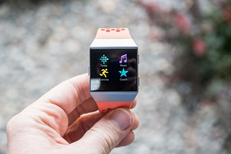 So sánh Apple Watch Series 4 và Fitbit Ionic