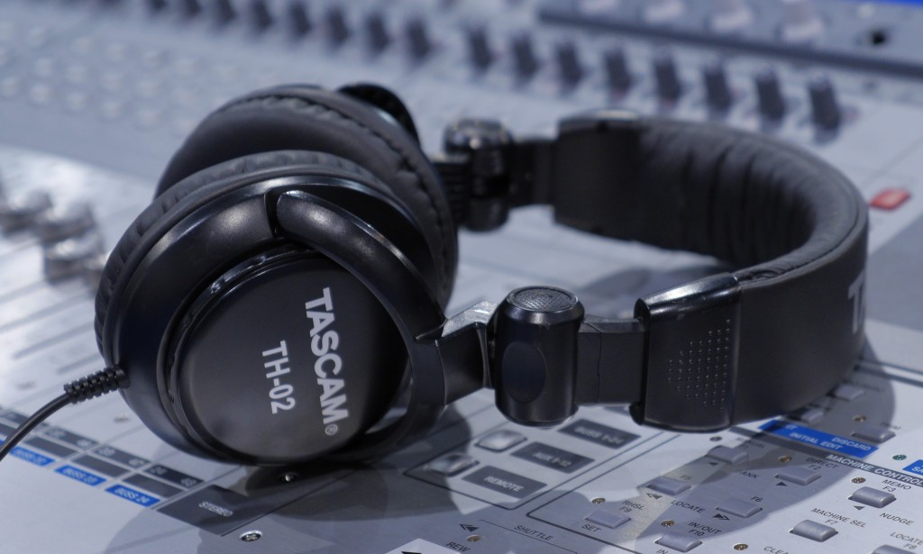 Tai nghe kiểm âm Tascam TH-02